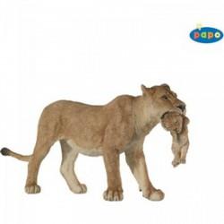 Papo - Nőstény oroszlán kölykével a szájában figura - PAPO figurák - PAPO figurák